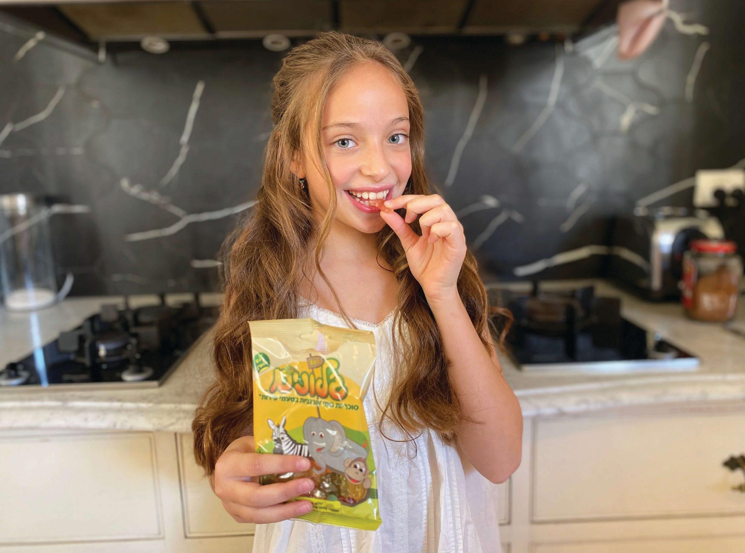 ילדה אוכלת סוכריות גומי