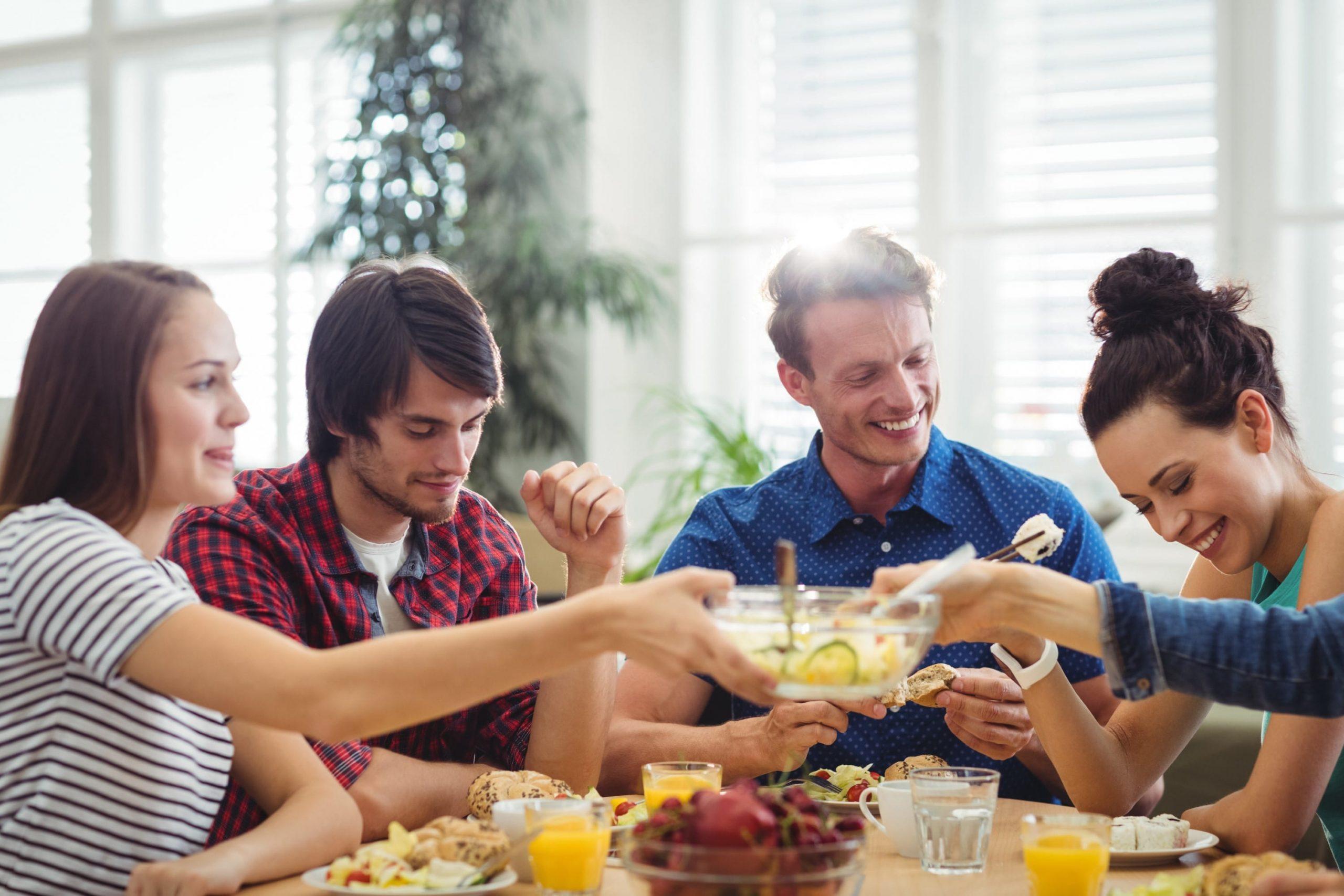 אנשים אוכלים סביב שולחן