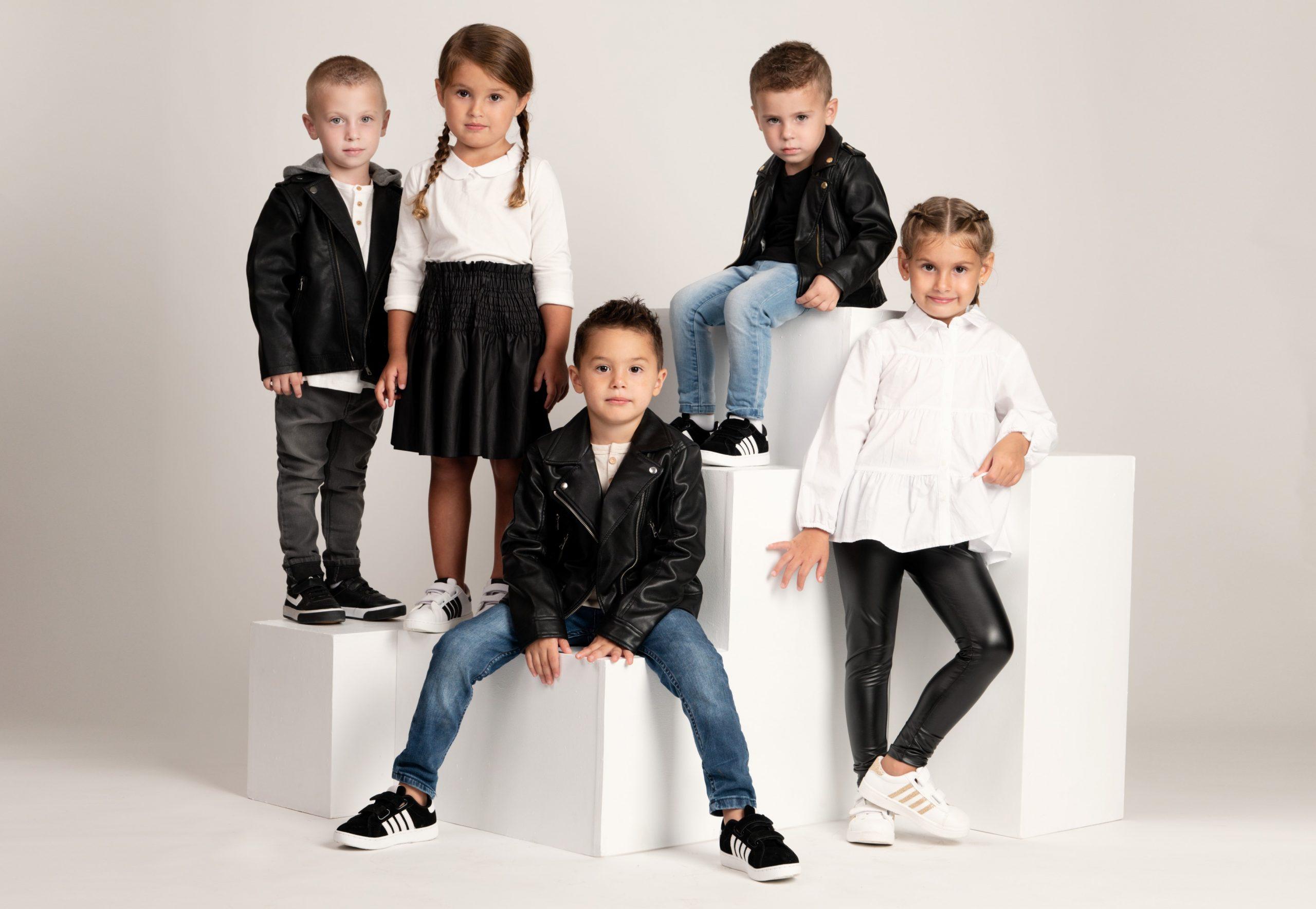 ילדים מציגים את נעלי סקופ