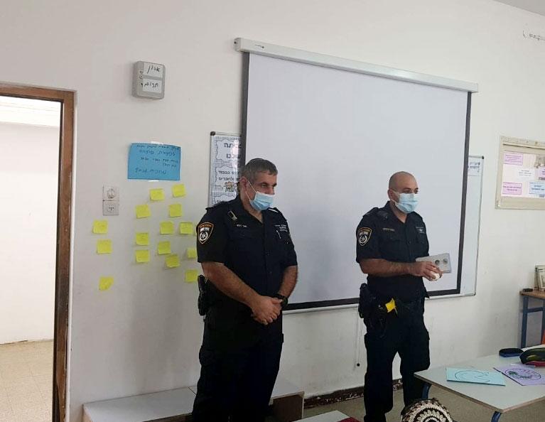 שוטרים מעבירים הדרכה בכיתה