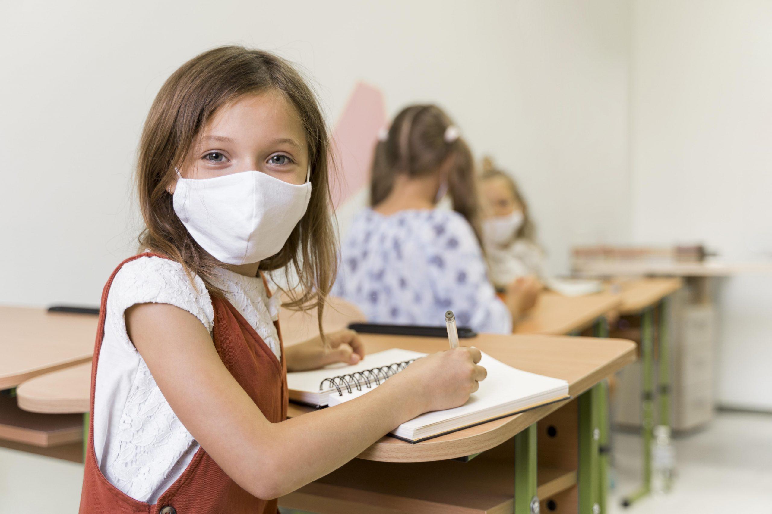 תלמידה בכיתה עם מסיכת קורונה