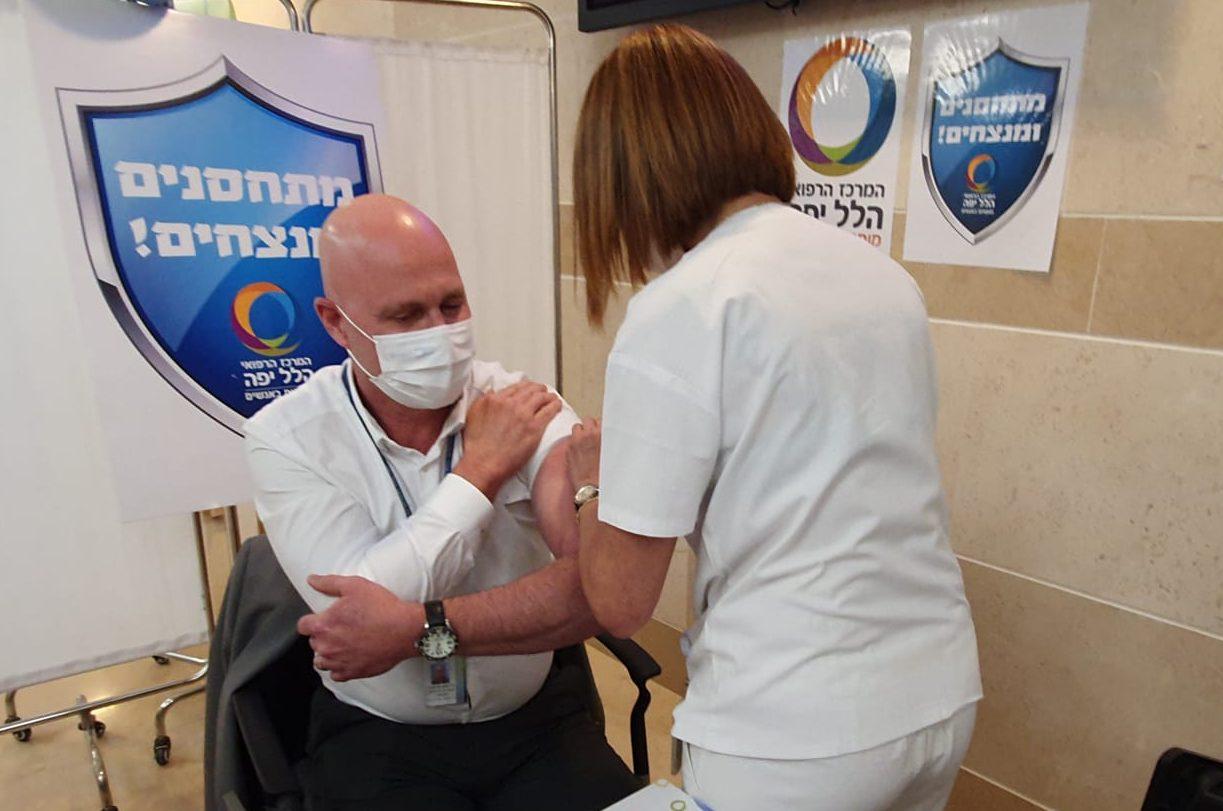 """ד""""ר מיקי דודקביץ - מנהל המרכז הרפואי הלל יפה מתחסן נגד קורונה"""