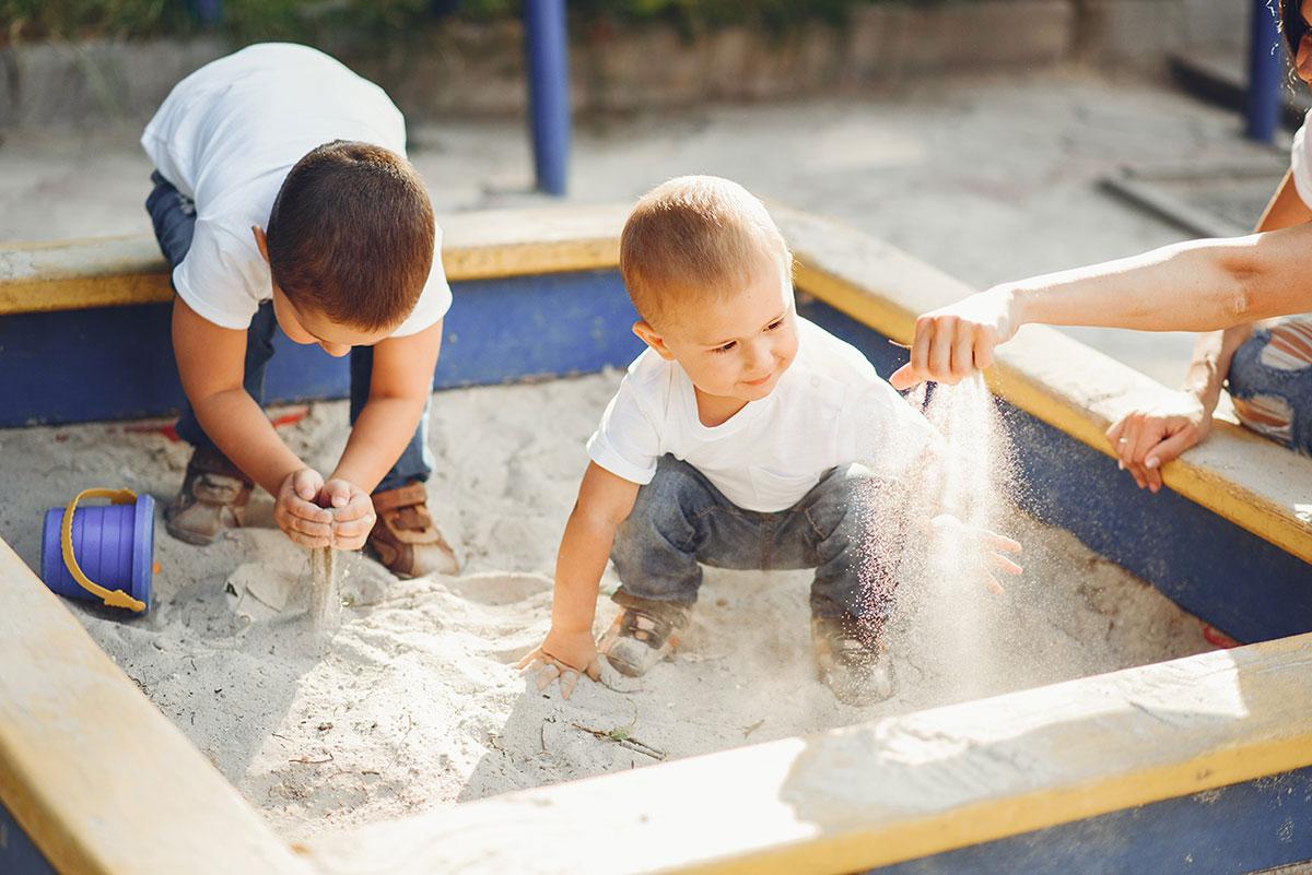 ילדים משחקים בארגז חול