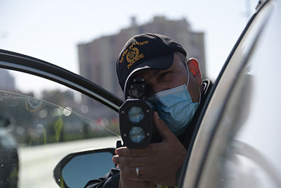 שוטר מצלם מהירות נסיעה