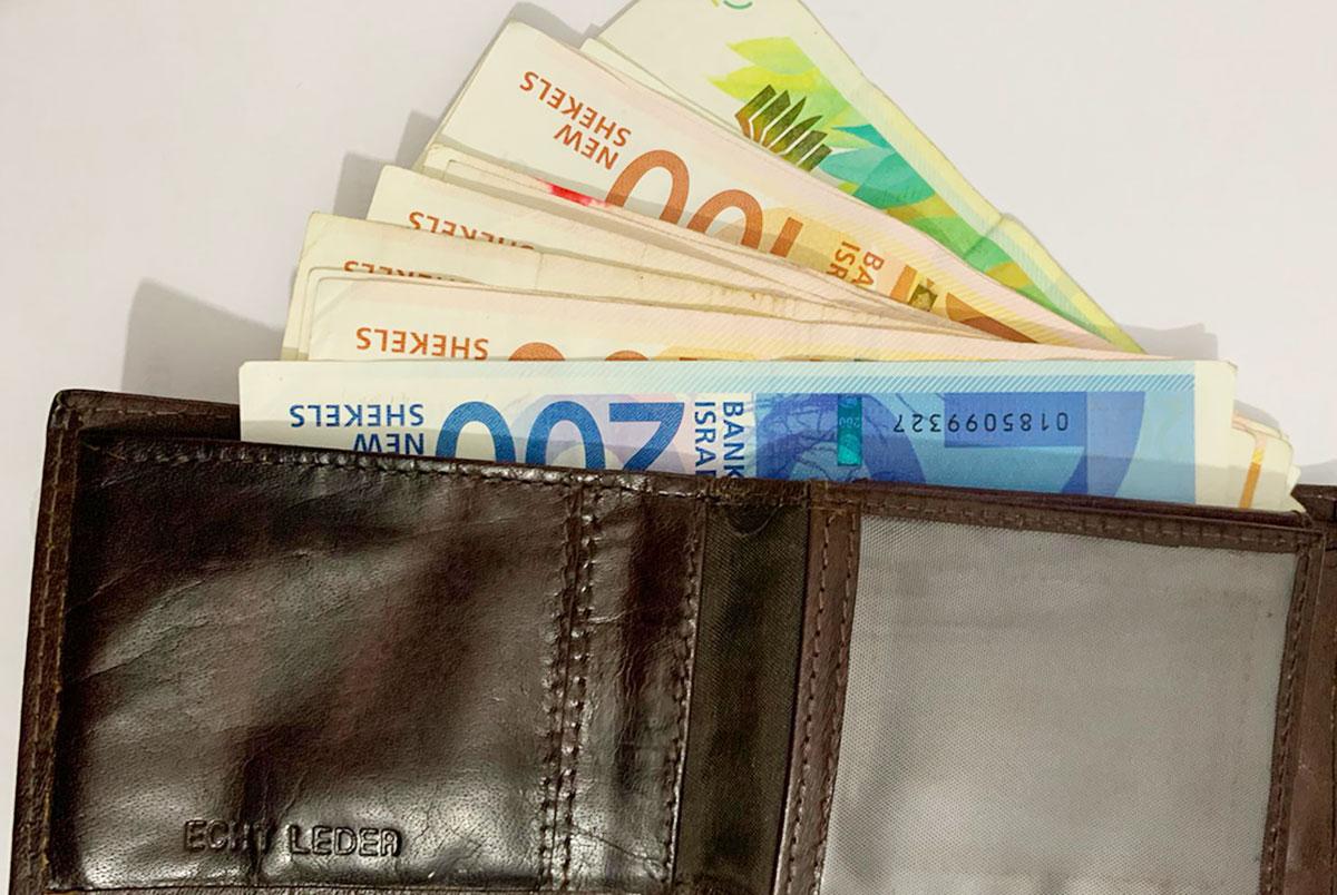 ארנק עם שטרות כסף