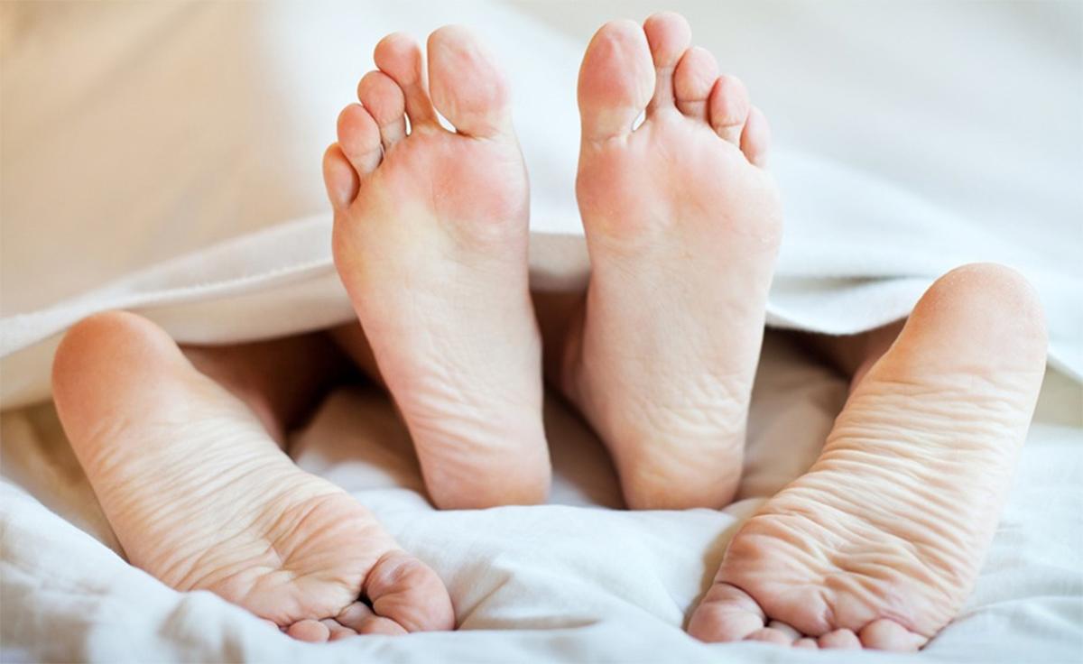 כפות רגליים של גבר ואישה