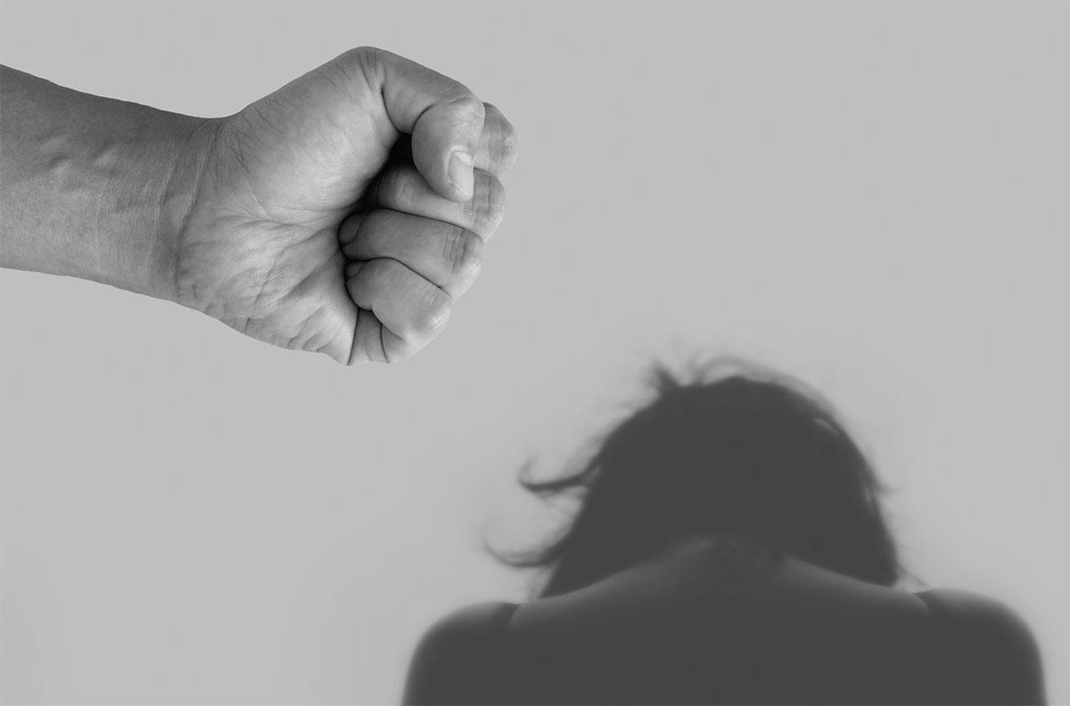 אילוסטרציה של אגרוף כלפי בחורה