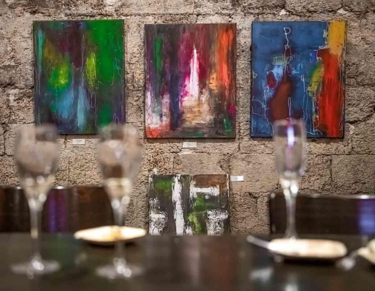 יקבי כרמל - זכרון יעקב פתחו את דלתות מרתפי היקב הוותיק בפני האמנית אנה עייש, שהציגה במקום תערוכה שעוררה עניין רב