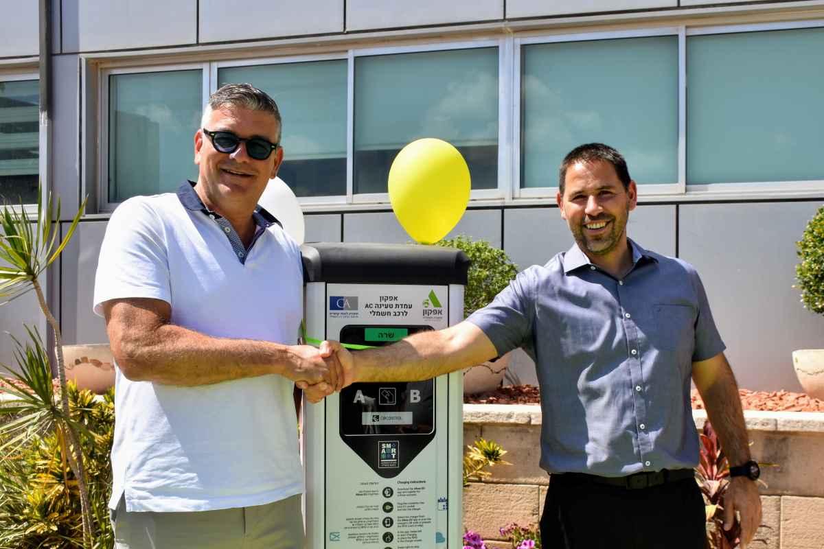"""החברה לפיתוח קיסריה, בשיתוף חברת אפקון החלו בהתקנת עמדות הטענה, בין השאר, בפארק העסקים החכם. """"אנו נערכים למהפכת הרכבים החשמליים והירוקים""""."""