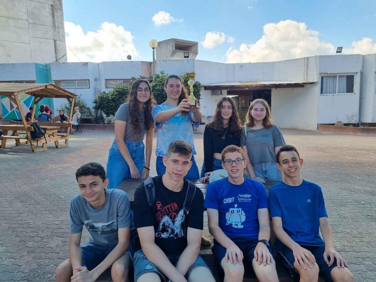 """תלמידי כיתה ט' מבית הספר """"כרמים"""" בבנימינה זכו בפרס החדשנות והיצירתיותמטעם """"יזמים צעירים לישראל"""" על פיתוח מוצר שנועד להציל חיים בכביש."""