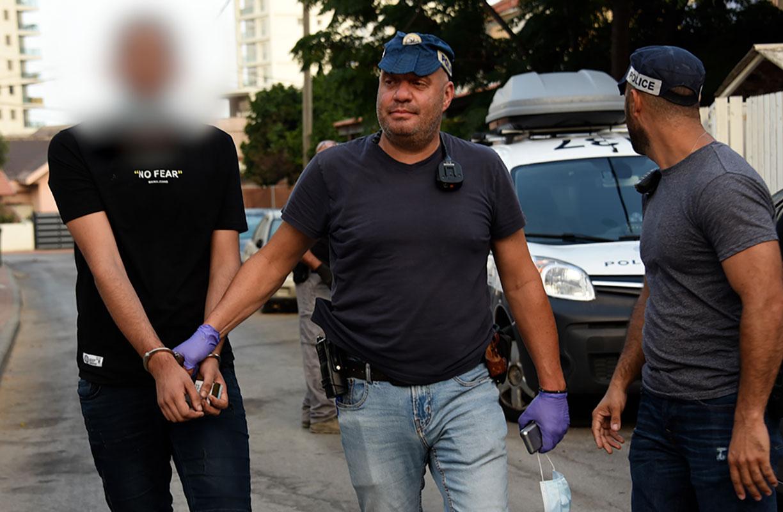 השלושה נעצרו לאחר שמשטרת חדרה באמצעות בלשים ושוטרים סמויים, רכשה מהם מריחואנה.