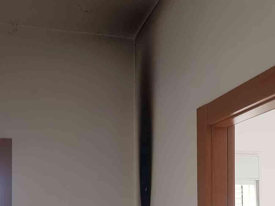 תושבים הזעיקו את כיבוי אש חדרה לאחר שעשן חדר לדירותיהם; באותה עת בעלת הדירה ישנה. כיבוי אש: התקנת גלאי עשן מציל חיים.