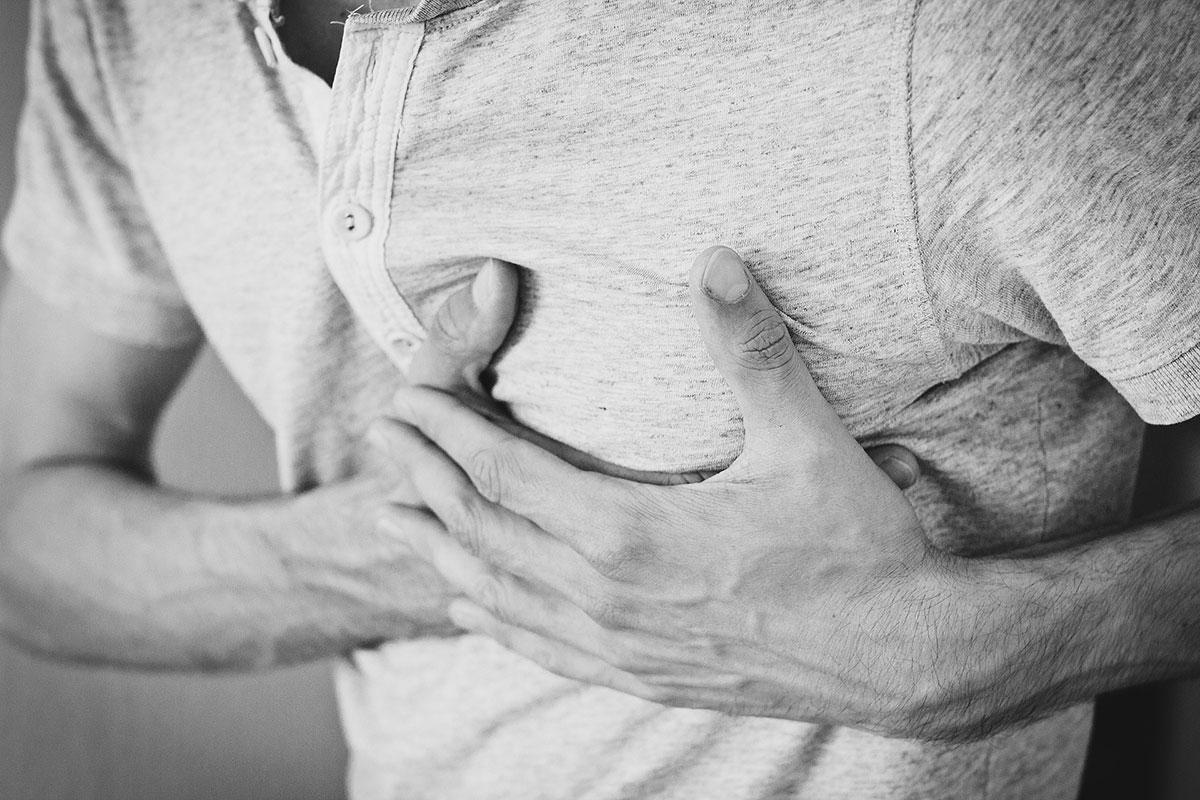 אדם מחזיק את אזור הלב