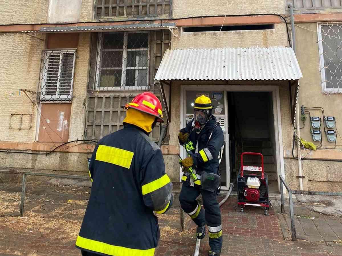 בשל העשן הרב השתמשו לוחמי האש באמצעים תרמיים לאיתור לכודים; חוקר דליקות בודק את הנסיבות שהובילו לשריפה