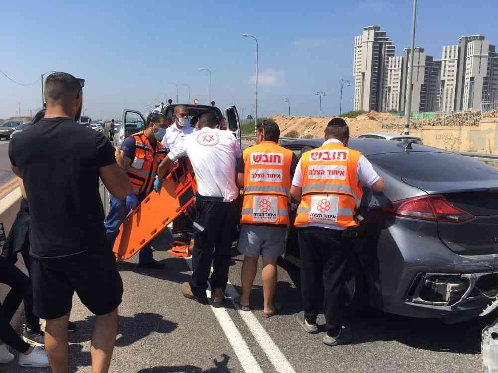 בתאונה שארעה בכביש 2 היו מעורבים שלושה כלי רכב. הפצועים פונו למרכז רפואי הלל יפה בחדרה