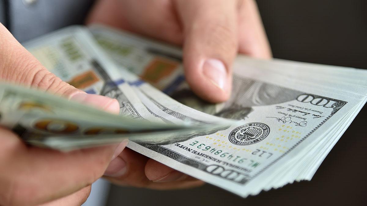 אדם מחזיק כסף. אילוסטרציה
