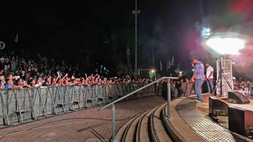 מעל 1500 בני נוער לקחו חלק בהופעתו של מרגי אשר התקיימה בשטח פתוח, באנדרטת הנחל.