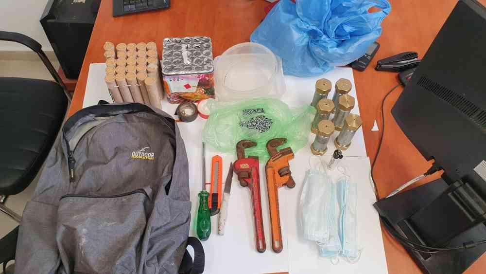 שוטרי זכרון שהגיעו לחיפוש יזום בבית בג'סר א זרקא, איתרו בסריקות שישה מטעני חבלה, כוורת זיקוקים וכמות גדולה של כדורי ברזל.