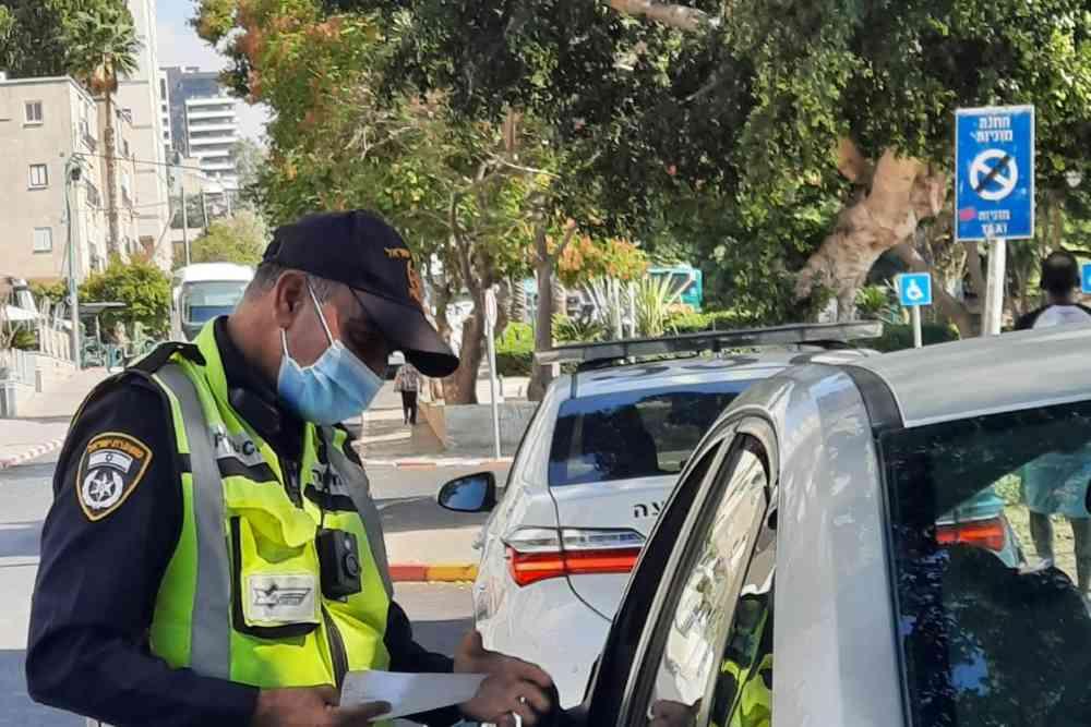 מבצע תנועה - שוטר בודק מסמכי רכב