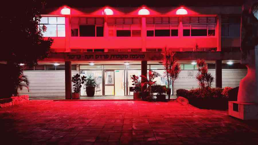 בית מועצת פרדס חנה - כרכור מואר בצבע אדום לציון חודש המאבק כנגד אלימות כלפי נשים