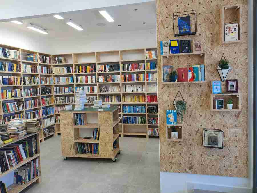 """חנות הספרים """"סיפור חוזר"""" מהווה מרכז הכשרה לתעסוקה לאנשים עם מוגבלות, המתמודדים עם חסמים תעסוקתיים."""
